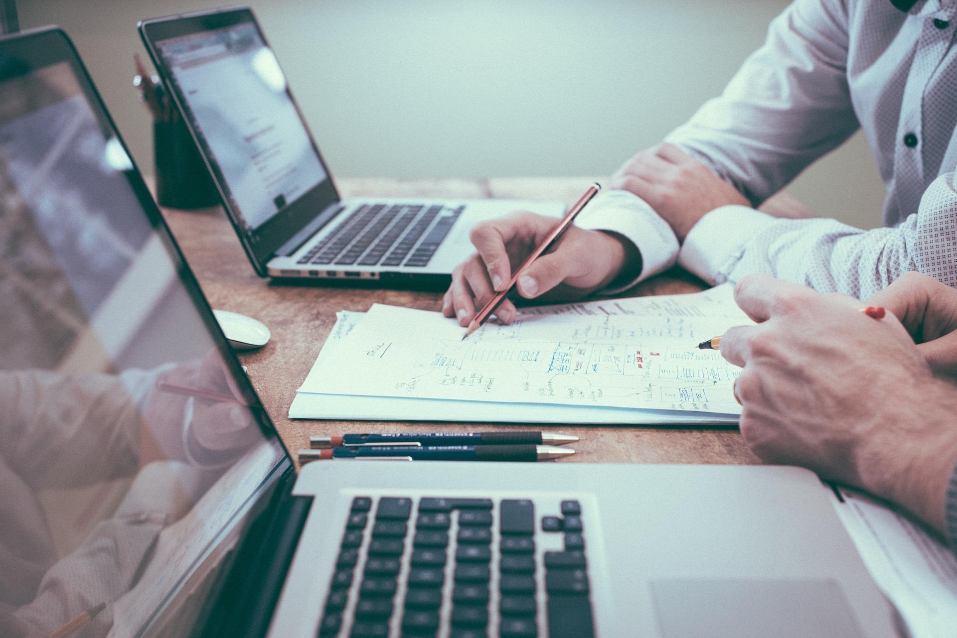 imagen de personas trabajando junto a su ordenador. Certificado digital de representante