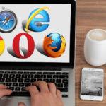 Imagen de un ordenador portatil en cuya panalla aparecen los logos de varios navegadores